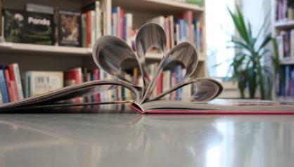 Avonainen kirja pöydällä.