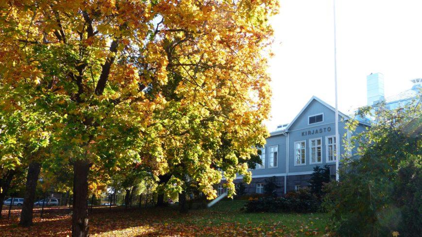 Pääkirjasto syksyllä.